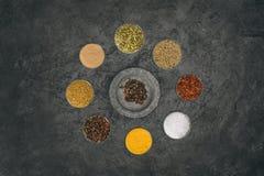 Runda av glass bunkar med olika kryddor Arkivbilder