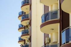 Runda balkonger på modern byggnad arkivbilder