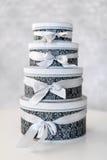 Runda berömgåvaaskar med silverbandet bugar på den vita tabellen Bunt av gåvor i lyxig inre Royaltyfria Foton