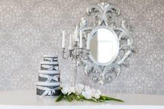 Runda berömgåvaaskar med silverbandet bugar på den vita tabellen Bunt av gåvor i lyxig inre Royaltyfri Bild