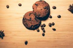 Runda chokladkakor med anis- och kaffebönor Arkivbilder