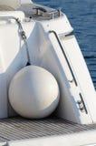 Runda fartygstänkskärmar för vit för motorisk yacht Fotografering för Bildbyråer