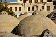 Runda forntida tak av offentliga bad i Baku Old City, inom huvudstaden av Azerbajdzjan, inklusive omgivning Royaltyfri Fotografi
