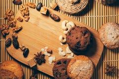 Runda frasiga kakor med kryddor och muttrar på en tabell Arkivbild
