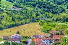 Runda höbaler i den italienska bygden Arkivfoto