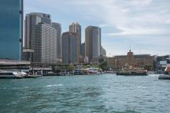 Runda kaj och Sydney Skyline Arkivbild
