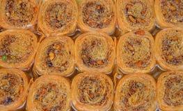 Runda kakor för Baklava i skärm för återförsäljnings- marknad Arkivfoto