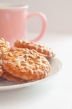 Runda kakor med solros- och sesamfrö, litet djup av fi Royaltyfria Bilder