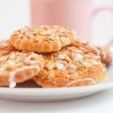 Runda kakor med solros- och sesamfrö, litet djup av fi Royaltyfri Bild