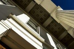 Runda kolonner för gammal historisk federal stilarkitektur royaltyfri foto