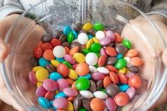 Runda mång--färgade godisar Godisnärbild, i en exponeringsglasbehållare arkivbilder