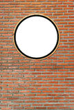 Runda mellanrum, vit cirkel på prästerliga gem på tegelstenväggen, Royaltyfria Foton