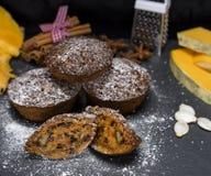 Runda muffin med en pumpa på en svart tabell Arkivfoton