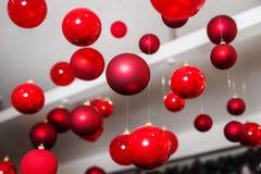 Runda röda julleksaker för xmas-träd Arkivbild