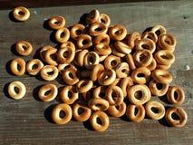 Runda små frasiga baglar som ligger på en trätabell Royaltyfri Fotografi