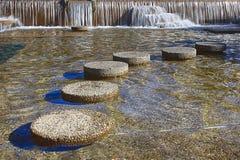 Runda som kliver stenar Arkivfoton