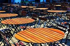 Runda trätabell och stolar i linje Royaltyfri Foto