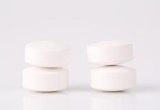 Runda vita preventivpillerar Arkivfoto