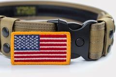 Rundad amerikanska flagganlapp och taktiskt bälte royaltyfri fotografi