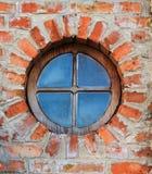 Rundafönster på tegelstenväggen på slott royaltyfri fotografi