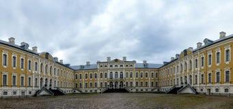 Rundale Латвия Европа Дворец был построен в 1730 для того чтобы конструировать Bartolomeo Rastrelli как резиденция лета для Biron Стоковая Фотография
