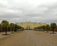 Rundale, Letónia - em outubro de 2017: Palácio de Rundale construído no estilo barroco em Pilsrundale, Letónia imagens de stock