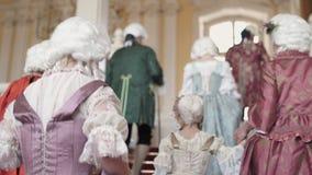 RUNDALE, LETLAND - APRIL 6, 2019: Middeleeuwse bal voor toeristen in Rundales Pils in de Lente - Oude fashionadkostuums en stock video