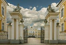 RUNDALE LETTLAND - SEPTEMBER 15, 2013: Det offentliga stats- museet - den Rundale slotten (Lettland) var etablerad vid den ryska  Royaltyfri Fotografi