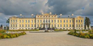 RUNDALE LETTLAND - SEPTEMBER 15, 2013: Det offentliga stats- museet - Rundale slott, Lettland var etablerat vid den ryska monarke Fotografering för Bildbyråer