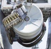 Rundan av ammunitionar laddade in i .50 kalibermaskingevär på USA-marinjagaren under den hastiga veckan 2012 Royaltyfri Bild