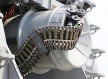 Rundan av ammunitionar laddade in i maskingevär 50-caliber Arkivfoton