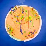 Rundan och färgrikt pryder med pärlor berg- och dalbana bordlägger Royaltyfri Bild