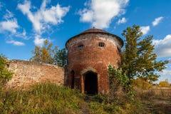 Rundan står hög Fördärvar av den Saburovo fästningen i den Orel regionen Arkivfoton