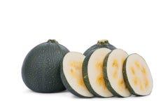Rundaskivor av zucchinin som isoleras på en vit bakgrund Grön zucchini för helhet Grönsaker från en trädgård kopiera avstånd arkivfoton