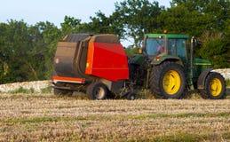 Rundballenpresse ist eine landwirtschaftliche Maschine Lizenzfreie Stockbilder