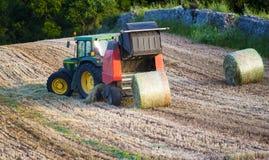 Rundballenpresse ist eine landwirtschaftliche Maschine Stockfotografie