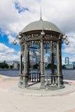 Rundbau auf dem Damm von Stadtteich yekaterinburg Stockfotografie