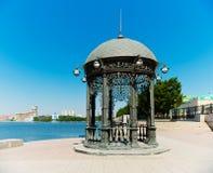 Rundbau auf dem Ufer des Teichs in Ekaterinburg, Stockfotografie