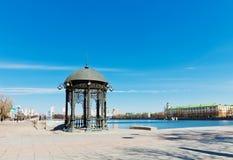 Rundbau auf dem Ufer des Teichs in der Mitte von Jekaterinburg, Lizenzfreie Stockfotografie