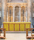 Runde Bögen über einem Altar Stockbild
