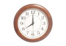 Runde Bürouhr, die acht Uhr zeigt Lizenzfreie Stockfotos