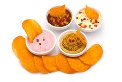 Runde Chips mit verschiedenen Bad-Soßen Stockfotografie