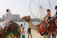 Runde Fahrrad- und Kamelgeschichte Dubais stockfotos