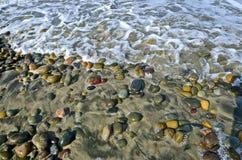 Runde Felsen und Ozean-Schaum lizenzfreies stockbild