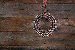 Runde Form-Kiefern-Kegel-Weihnachtskranz und -band auf altem rustikalem Stockbilder