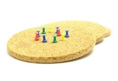 Runde Korkenplatte mit farbigen Stiften Stockfotos
