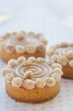 Runde Kuchen mit Karamell und Nüssen Stockfotografie