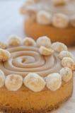Runde Kuchen mit Karamell und Nüssen Stockfoto