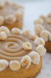 Runde Kuchen mit Karamell und Nüssen Stockbild
