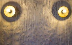 Runde Lampe des Gold zwei auf der weißen Steinwand mit Beschaffenheit und Schatten stockfoto